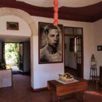 Teatralsk omvisning: På bildet ser man dikterens bolig som er restaurert og tilbakeført til slik den var på hans levetid.