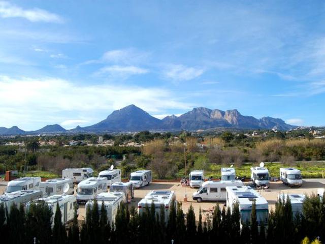 Campingbiler er en evig kilde for polemikk i Spania. Bildet er fra Alfaz del Pi hvor det ble etablert en ulovlig camping for bobiler.