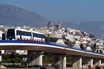 Linje 9 med Altea i bakgrunnen, Ferrocarrils de la Generalitat Valenciana (FGV).