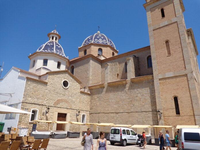 Foto: Kirken i gamlebyen i Altea (Wikimedia Commons 2014).