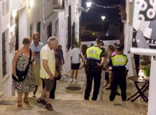Foto: Politiet i Altea aksjonerer mot en restaurant i gamlebyen.