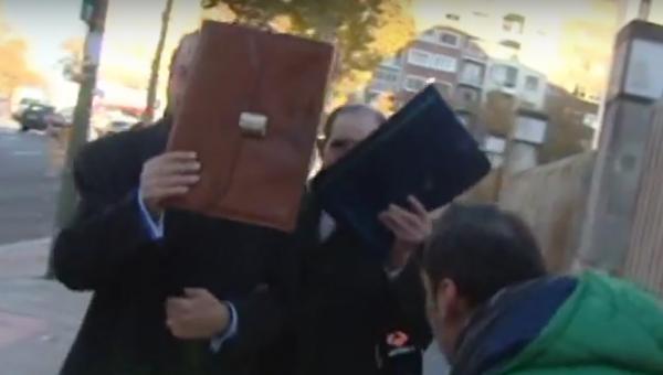 Foto: Legen Eduardo Vela på vei til et rettsavhør i Madrid i 2013.