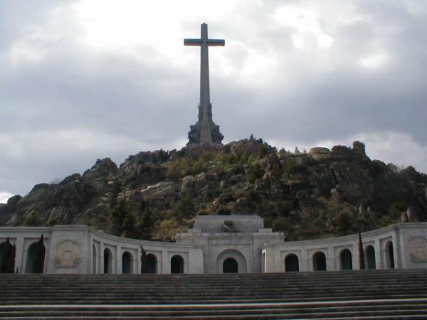 Foto: Tidligere diktator Francisco Franco ligger gravlagt i kirkegulveti basilikaen som utgjør midtpunktet til nasjonalmonumentet over defalne i Den spanske borgerkrigen.