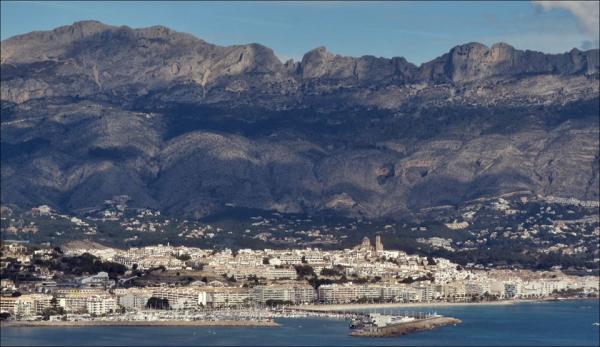 Planen er at staten gjennom miljøverndepartementet skal ta seg av delen av prosjektet som grenser til sjøen. Det er miljøverndepartementet som har myndighet over strandlinjen i Spania. Altea kommunen skal på sin side ta seg av området bak.