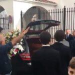 Foto: Kisten til José Utrera Molina bæres ut av kirken i Nerja til fascist-sang og fascist-hilsener fra medlemmer av Falange Española. Tilstede under seremonien var også Partido Populars tidligere justisminister Alberto Ruiz-Gallardón (nummer fire fra høyre).