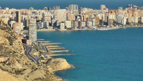 Foto: Costa Blanca og Alicante-provinsen er blant stedene der utleieprisene i dag ligger over nivået før krisen. Bildet viser kystlinjenved provinshovedstaden Alicante.