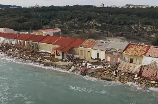 Foto: Bilde av husene ved Babilonia-stranden i Callosa del Segura. Den spanske stat vil ha husene revet. Eierne nekter å gi opp kampen og vil ha levetiden utvidet med 60 nye år.