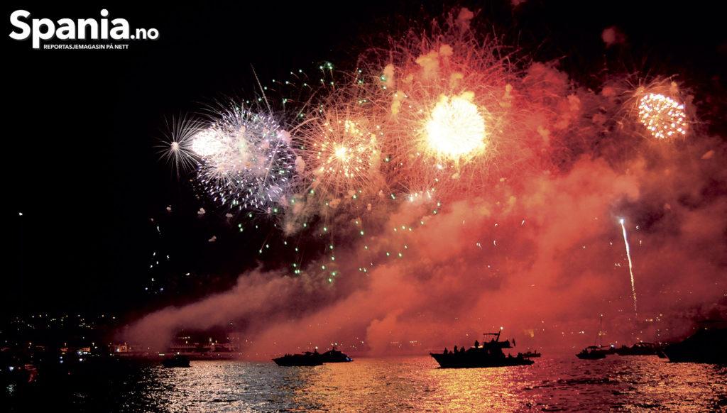 """PÅ SJØEN: Et hundretalls båter er ute på bukten denne kvelden. Fra sjøen kan man sitte i ro og mak med venner og kjente uten alt det """"kjas og mas"""" som er en del av opplevlsen fra strendene. Guardia Civil er ute i bukta denne kvelden for å holde båtene på sikker avstand."""