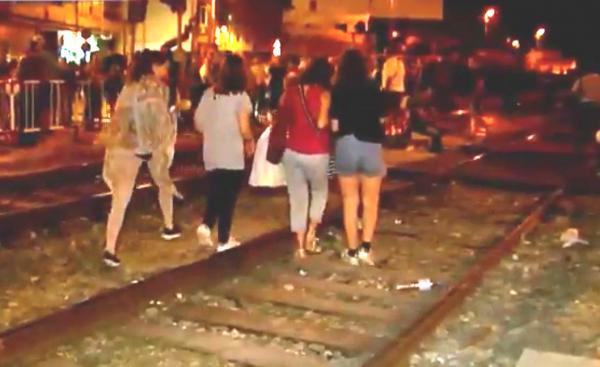 Foto: Demonstrasjoner ved jernbanestasjonen i Murcia onsdag 4. oktober. I følge spanske myndigheter er ødeleggelsen på toglinjen betydelige.