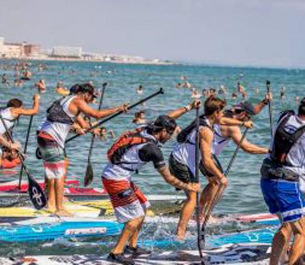 Foto: Paddle surf er en voksende aktivitetpå Costa Blanca, både som sport ogtil rekreasjon.Bildet er fra konkurransen ved La Mata-stranden i Torrevieja søndag 8. oktober.