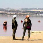 Foto: Allemannsretten har vært et sterkt argument for å tillate bading i lagunen i Torrevieja. Etter at stadig flere turister lokkes av de mineralholdige kurbadene og nestenulykken i august, har kommunen imidlertid sett seg nødt til å opprettholde forbudet.