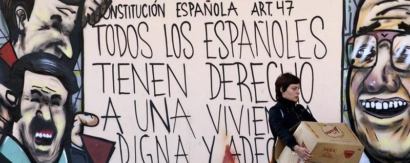 """MED GRUNNLOVEN I HÅND: Noen av okkupantene forsvarer seg med artikkel 47. i den spanske grunnloven som sier """"Alle Spanjoler har rett til en anstendig bolig"""". Kritikerne vil mene dette selvsagt ikke gir noen rett til å ta seg til rette på andre privates eiendom. Og grunnloven gir heller ingen rett om å bo """"hvor de selv ønsker på andres regning"""" ."""