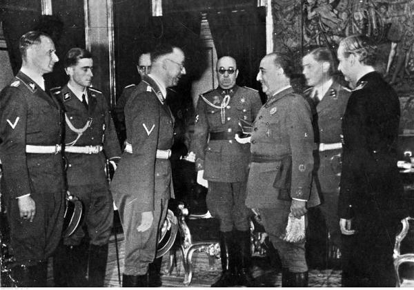 Foto: General Francisco Franco fikk hjelp av både nazistene i Tyskland og fascistene i Italia til å vinne borgerkrigen i Spania. Bildet viser et møte mellom SS-kommandant Heinrich Himmler (i midten t.v.) og Franco i Pardo-palasset i Madrid i 1940, året etter borgerkrigens slutt.