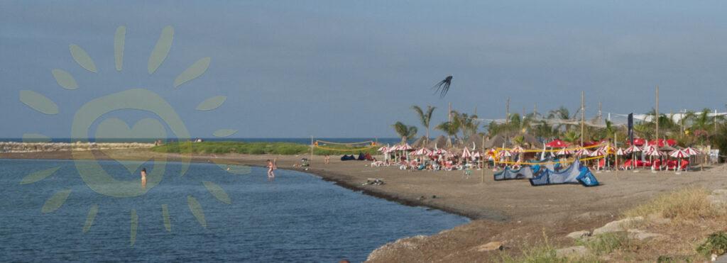 Stranden som ligger utenfor havnen er ikke den peneste. Men strandbarene og det ekstra livlig her.