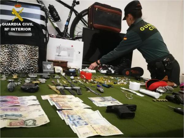 Foto: Fire av de fem tyvene som er pågrepet skal ha tilhørt samme familie. Politiet Guardia Civil har beslaglagt større mengder tyvegods, inkludert en bil.