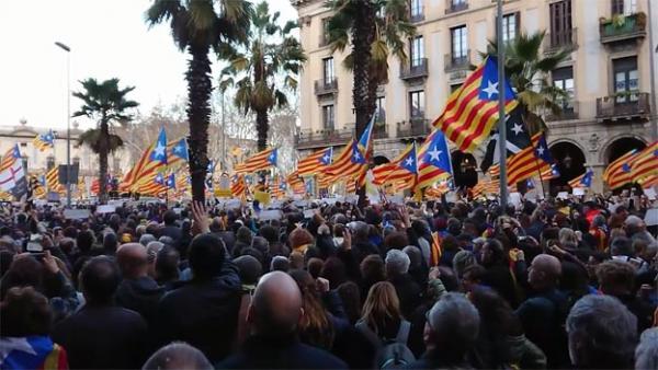 Foto: Tusenvis av mennesker tok fredag 23. mars til gatene i Barcelona i protest mot de nye fengslingene. Totalt 13 katalanske politikere er tiltalt ved domstolen i Madrid, anklaget for opprør mot den spanske stat.