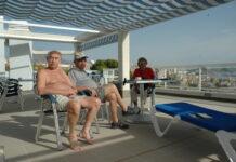 Pasienter koser seg i sola på Vistamar i Villajoyosa.