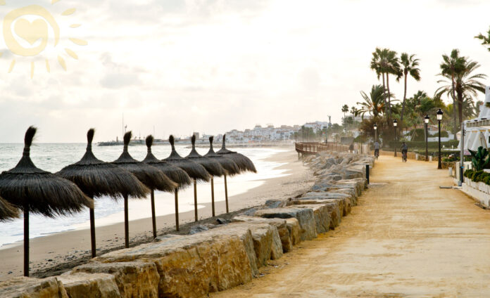 Marbella har en 15 km lang strandpromenade.