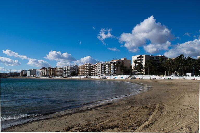 Sanden på Los Locos stranden i Torrevieja skader miljøet