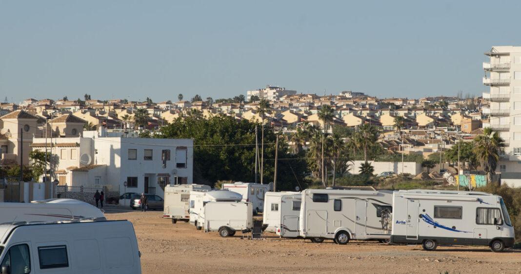 Ved Cala de la Higuera og Cala Redonda i Torrevieja har det i vinter stått parkert et utall campingbiler mer eller mindre konstant.