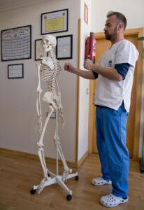 Fysioterapeuten jobber litt forenklet forklart med konsekvensene av en skade eller patologi. Osteopaten har mere fokus på opphavet til problemet og sammenhengen det være seg i muskulaturen eller i skjelettet.