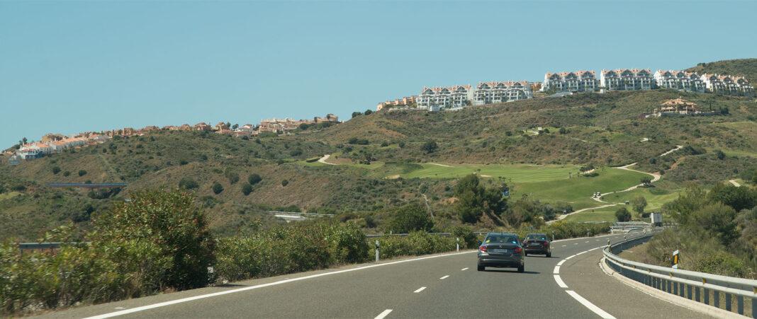 Ferieboliger ved en av golfbanene utenfor Marbella på Costa del Sol.
