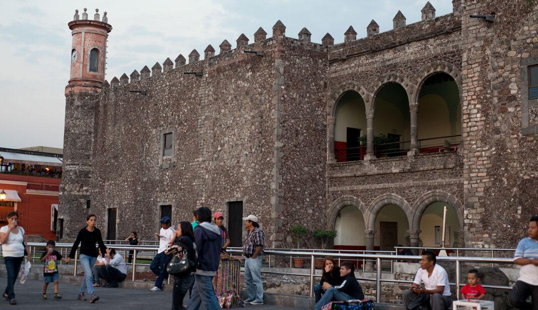 Bildet viser Herman Cortez sitt palass i Cuernavaca en drøy times kjøring fra Mexico City. Vegg i vegg med palasset bygget han en kirke og et bordell for sine soldater.