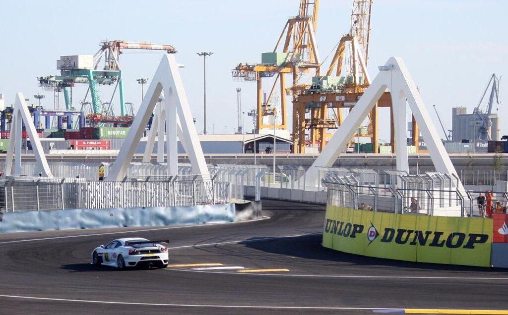 Millioner ble brukt på denne broen som kan svinges ut over kanalen båtene bruker for å kjøre inn og ut av havnen.