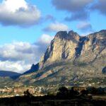 Den høyeste fjelltoppen i Alicante-provinsen er populært for turgåere som via en relativt avslappende spasertur kan ta se frem til toppen på 1406 meter.