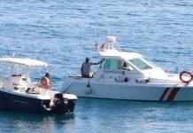 Den lokale kystvakta «Guardacostes» kontrollerer en sports-fisker i bukten utenfor Albir.