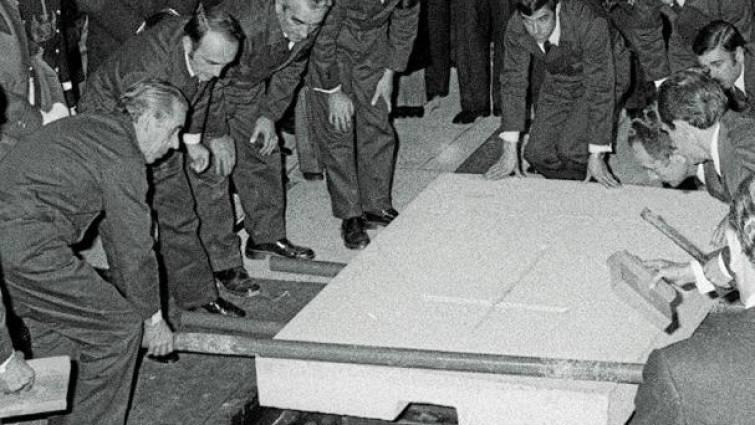 Truer arbeiderne som løftet bort gravsteinen